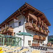 Landhotel Tirolerhof - Aussenbereich - Liegewiese und Hallenbad
