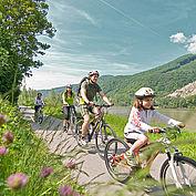 Familie in Österreich beim Radfahren