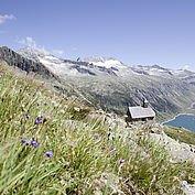 St. Valentins Kapelle einengebette ind die wunderschöne Landschaft des Zillergrund © Zillertal Tourismus GmbH