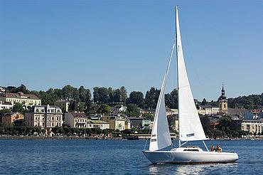 Segelboot am See vor Schloss Ort, (c) Berösterreich Tourismus GmbH Hermann Erder