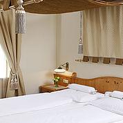 © Landhotel Birkenhof/ Helmreich - Turmzimmer mit getrennten Wohn- und Schlafzimmer