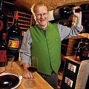 © LH Forsthof - Der Chef des Hauses im Weinkeller