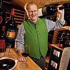 Gastgeber Reinhold Baumschlager in seinem Weinkeller