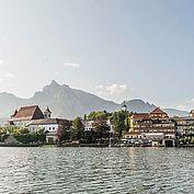 Kloster Traunkirchen und Landhotel Das Traunsee auf der malerischen Halbinsel