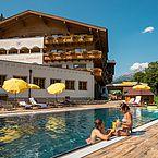 Landhotel Alpenhof - Hotelfreibad - Ansicht Hotel Sommer