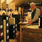 Reinhold Baumschlager im Weinkeller