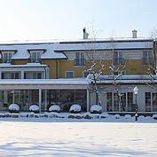 © Landhotel Birkenhof - Hotelansicht Winter vom verschneiten Garten