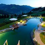 Naturschwimmteich beim Hotel in der Nacht