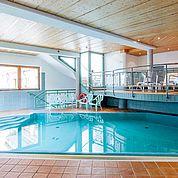 © Landhotel Tirolerhof/ Thomas Trinkl - kleines Schwimmbad im Wellnessbereich
