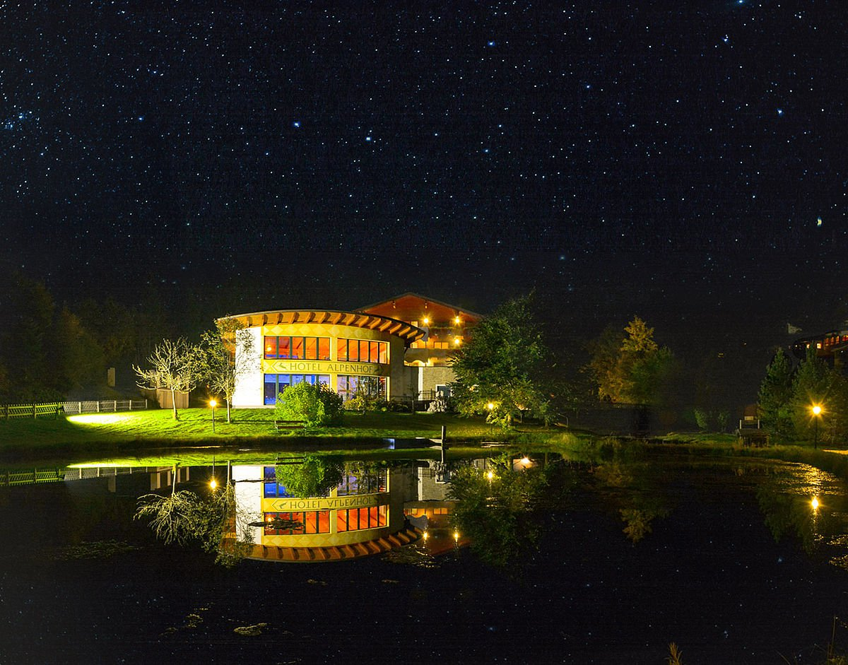 Landhotel Alpenhof Hotelansicht Nacht