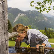 Stärkung im glasklaren Wasser bei der Wanderung