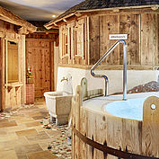 Landhotel Hauserbauer - Alpenwellnessgarten mit Whirlpool