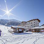 Landhotel Tirolerhof der Aussenbereich mit Skilift und Stadlbar