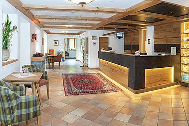Rezeption und Eingangsbereich Landhotel Tirolerhof