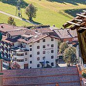 © Landhotel Tirolerhof/ Thomas Trinkl - Hotel mit Kirche im Vordergrund