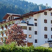 © Landhotel Tirolerhof/ Thomas Trinkl - Hotelansicht im Sommer
