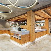 © Landhotel Alpenhof - der großzügige und neue Frühstücksbereich setzt auf die Natur im Raum mit Lichtakzenten
