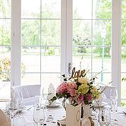 festlich-gedeckter-Hochzeitstisch-mit-Blick-in-den-Garten