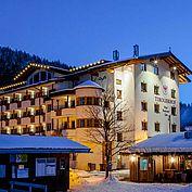 © Landhotel Tirolerhof/ Thomas Trink - Hotelansicht im Winter bei Nacht