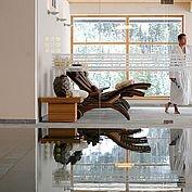 Hallenbad und Relaxbereich im Hotel