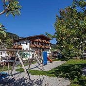 Landhotel Tirolerhof - Aussenansicht Sommer Kinderspielplatz