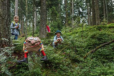 Kinder im Wald auf Erkundungstour © Tirol Werbung
