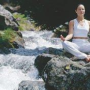 Yoga am Bach im Urlaub in Österreich