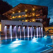 Landhotel Alpenhof - Freibad mit nächtlicher Lichtshow