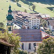 © Landhotel Tirolerhof/ Thomas Trinkl - Blick auf den Tirolerhof mit Pfarrkirche