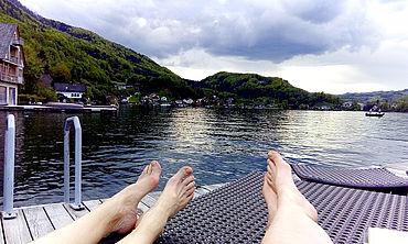 Nach aktiver Wanderung in Ruhe am Steg entspannen