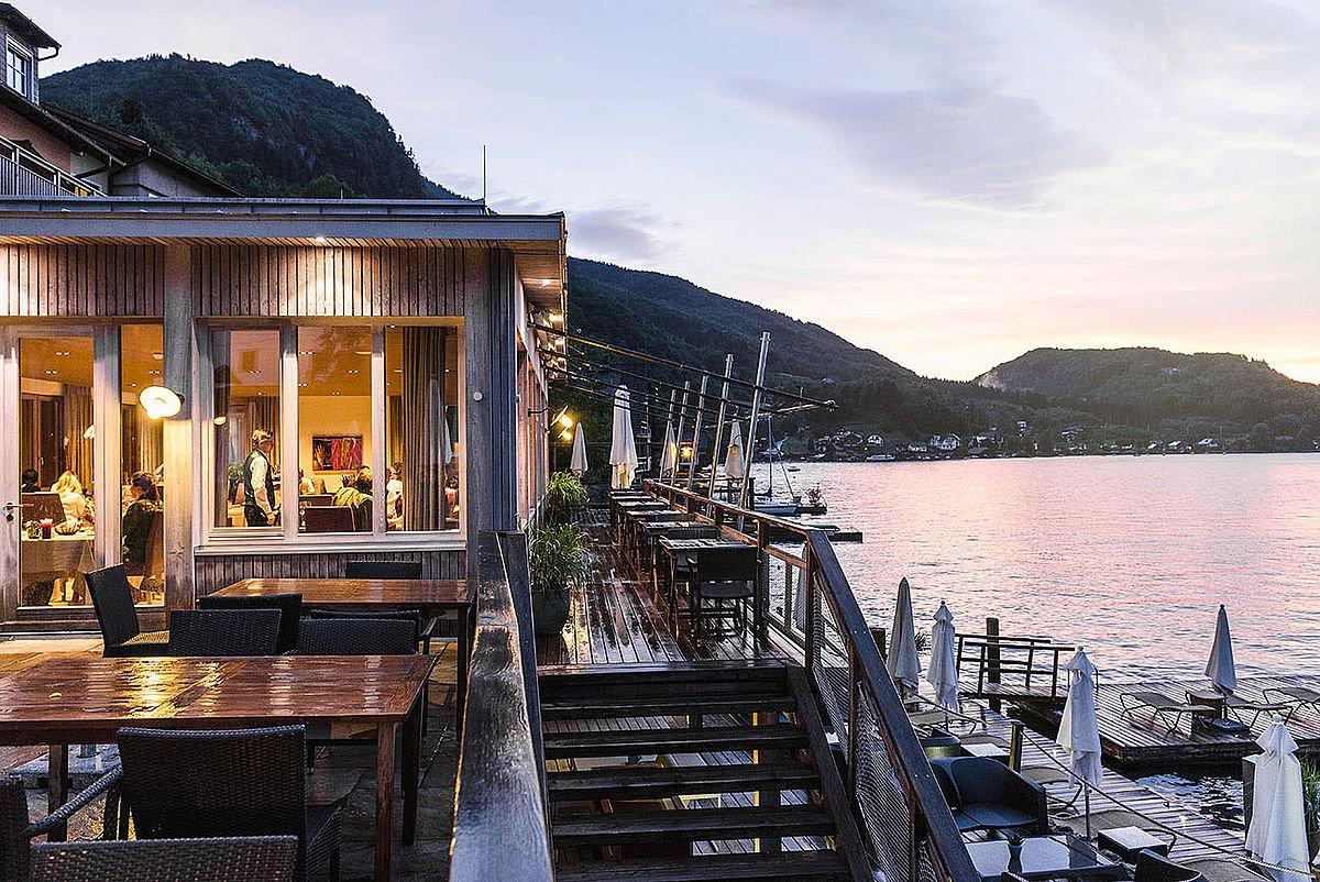 Restaurant-Bootshaus-in-abendlicher-Stimmung-direkt-am-Traunsee