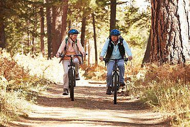 Senioren beim Radfahren