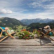 Wanderpause vor malerischem Bergpanorama © Salzburger Saalachtal