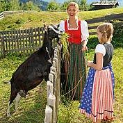 Mit Saskia Bergmüller die Ziegen füttern
