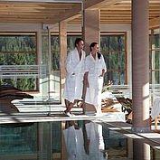 hoteleigener Indoorpool mit rundum Gerbirgsblick