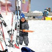 Die kleinen lernen Skifahren