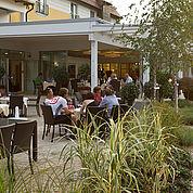gemuetlicher-Tagesausklang-auf-der-Terrasse-im-Landhotel-Birkenhof
