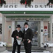 © LH Forsthof - Rauchfangkehrer = Glücksbringer vorm Hotel