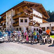 © Fotodesign David - Segway, E-Bike und Elektroauto vorm Alpenhof