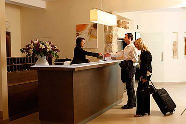 © Landhotel Birkenhof/ Helmreich - Businessgaeste an der Hotelrezeption