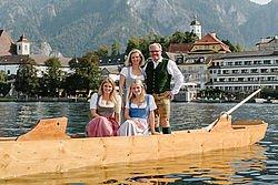Wolfgang und Monika Groeller mit Toechtern Marie und Joesfine