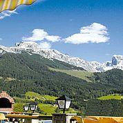 © Landhotel Salzburger Dolomitenhof - Hotelterrasse mit Blick auf die Bischofsmuetze