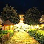 © LH Forsthof - Aussenhof bei Nacht