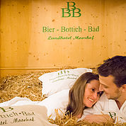 © Landhotel Moorhof - Bier Bottich Bad Pärchen