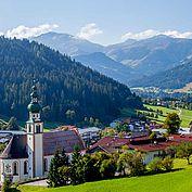 Landhotel Tirolerhof - Aussenansicht Sommer Kirche