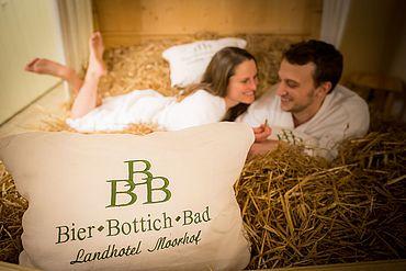 © Landhotel Moorhof - Paerchen im Haferstroh