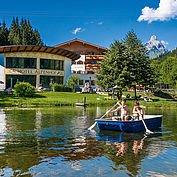 Landhotel Alpenhof - mit dem Boot am Teich