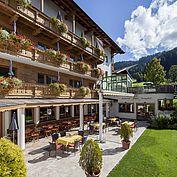 Landhotel Tirolerhof Terrasse und Garten im Sommer