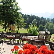 © Landhotel Gressenbauer - Panorama Terrasse und Spielplatz