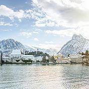 Landhotel Das Traunsee und das Kloster Traunkirchen im Winterpanorama